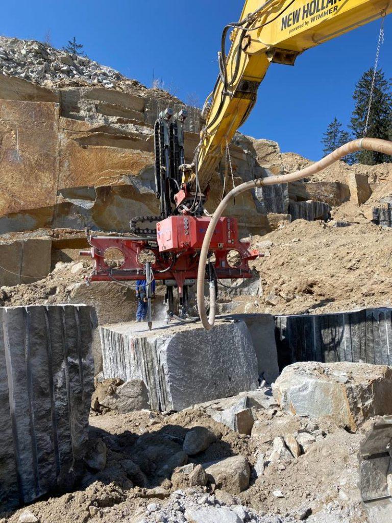 Granitblock wird auf transport vorbereitet